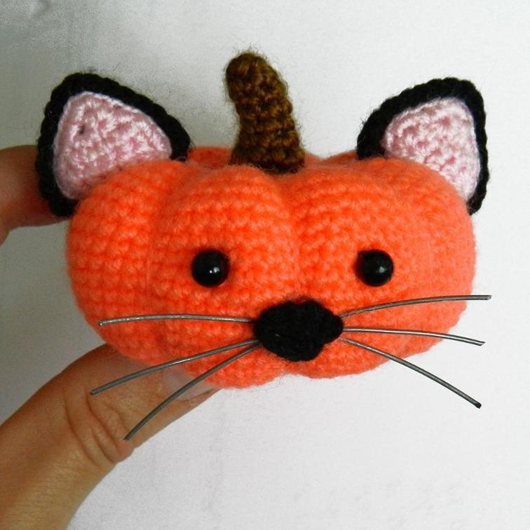 Looking for some fun fall beginner crochet patterns, this pumpkin cat is just the ticket