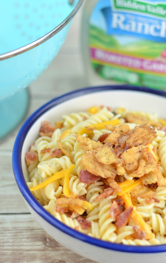 Looking for an easy pasta salad recipe? This creamy bacon cheddar ranch pasta salad is amazing! q