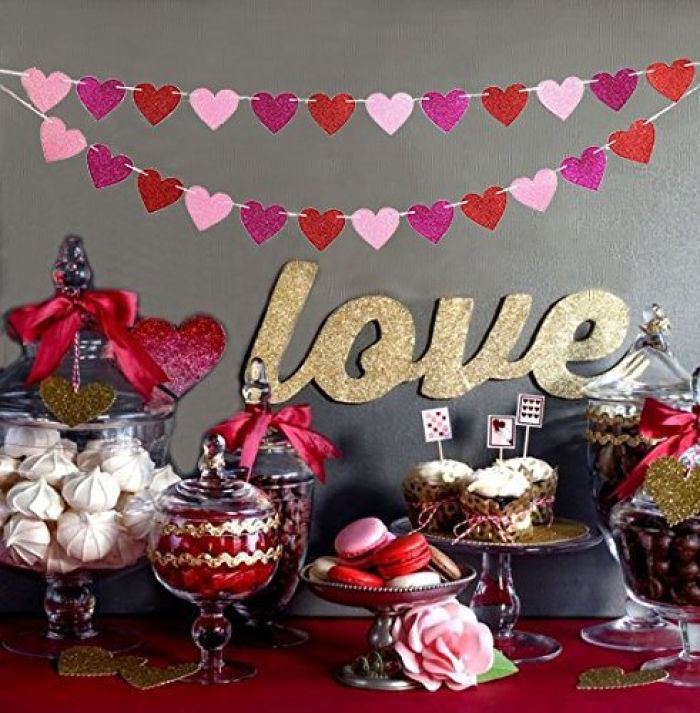 This glitter heart garland makes me all giggly. It's too cute. Check it out, plus other Valentine's home decor idea and Valentine's crafts here